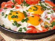 Рецепта Печени яйца на очи с домати, чушки и пресен лук на фурна